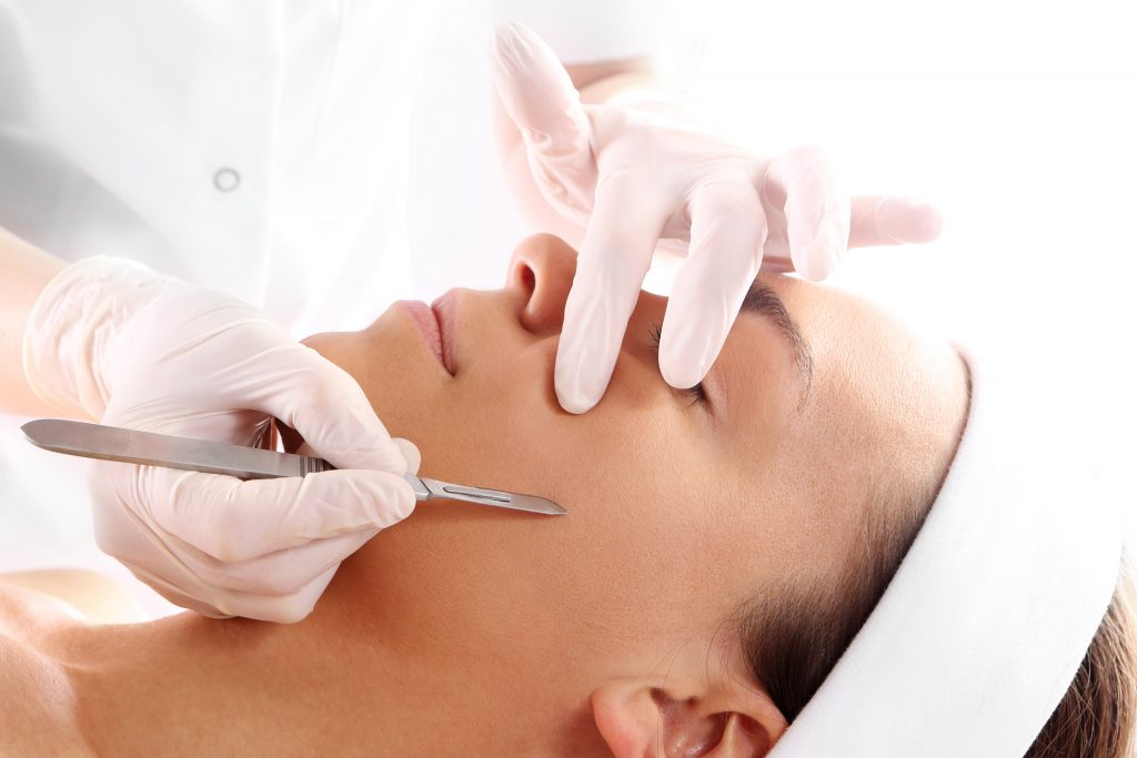 peeling dermaplanning facial exfoliación bisturi fuengirola