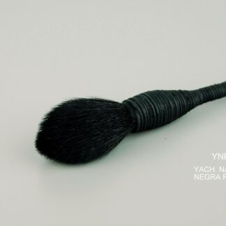 Yachiyo-Natural-Pelo-de-Cabra-negra-pequena-cerca.jpg